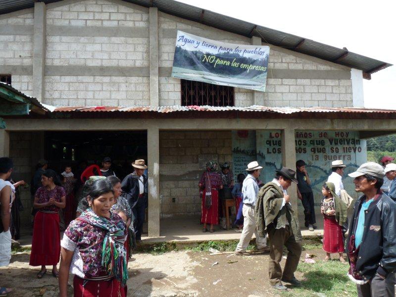 La comunidad saliendo de la sala comunitaria. 06-10-2011. Tzalbal. Christoph Clotz.