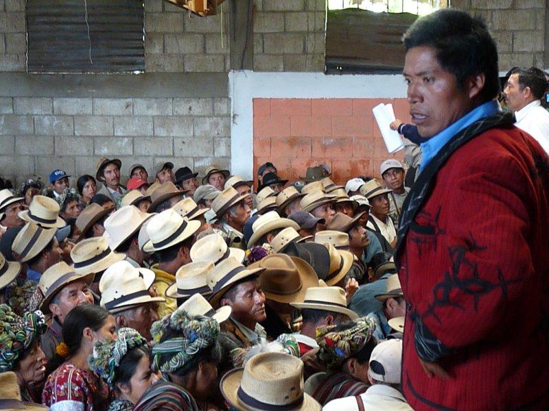 Los Ixiles votan para aprobar el comunicado. 6-10-2011. Tzalbal. Frauke Decoodt