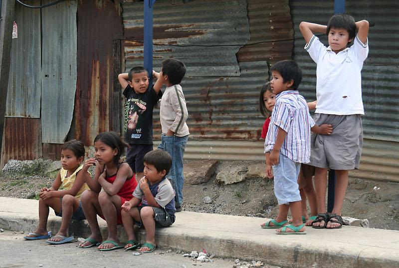 Kinderen in de krottenwijk Juan Pablo II, Guatemala Stad. Door Anoniem, 2008.
