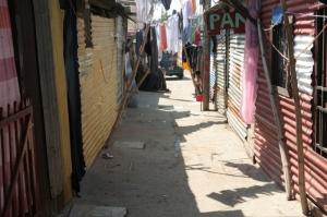 Calle en un asenentamiento en la Zona 21, Ciudad de Guatemala. Por Anonimo. 2008.