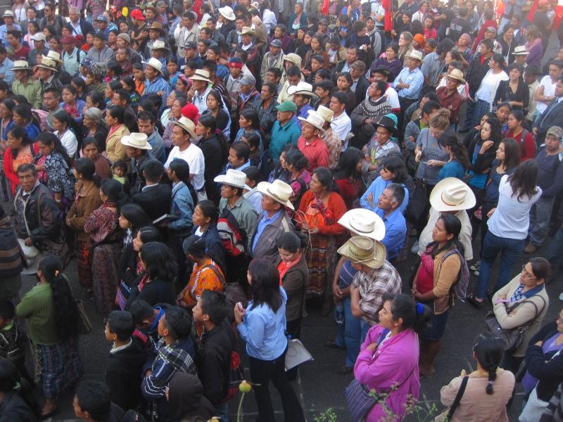Slachtoffers en mensenrechtenactivisten luisteren naar het hoorzitting buiten het justitiegebouw. Guatemala Stad. 26-01-2012