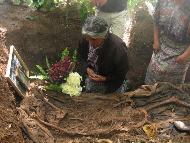 Exhumatie van een slachtoffer van het gewapend conflict. Chimaltenango. 2010. Frauke Decoodt