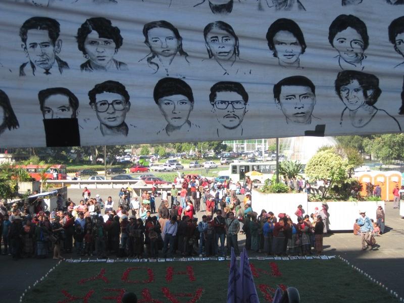 Spanddoek dat herinnert aan de doden van het gewapend conflict. Guatemala Stad. 26-01-2012. Frauke Decoodt