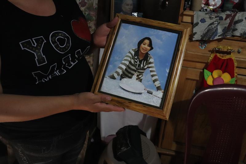 © Frauke Decoodt. Brendy Cuy Urizar con una foto de su sobrina Yohanna. Guatemala 2020