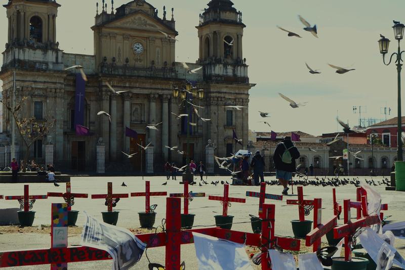 © Frauke Decoodt. El altar para las niñas en el Parque Central. Guatemala 2020