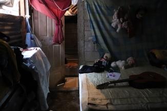 © Frauke Decoodt. El cuarto donde duerme todo la familia de Elsa, con los peluches de sus dos hijas asesinadas. Guatemala 2020