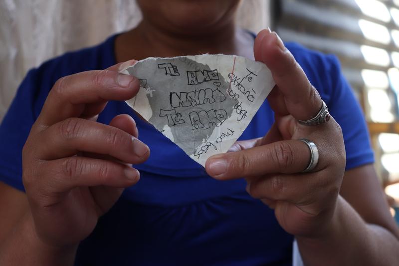 © Frauke Decoodt. La carta que Yemmi dió a su mama el ultimo domingo que se vieron y por lo cual fue castigada. 8 días después murió. Guatemala 2020