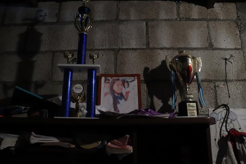 © Frauke Decoodt. Una foto de Yemmi al lado de sus trofeos de futbol. Guatemala 2020