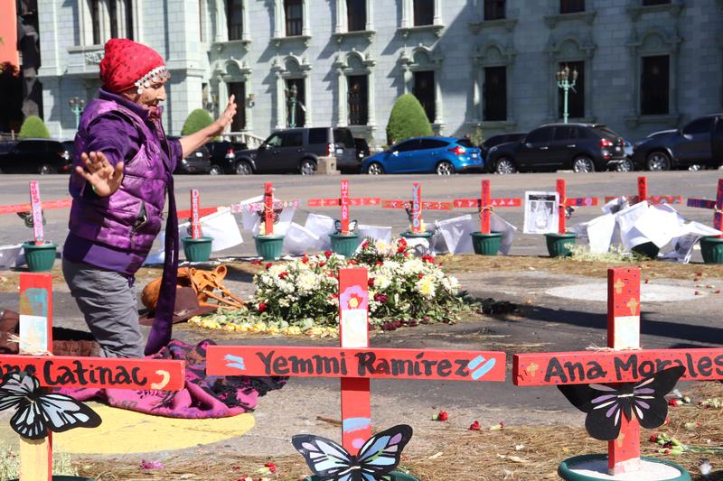 © Frauke Decoodt. Una mujer llega a hacer una ceremonia dentro del altar para las niñas en el Parque Central frente al palacio presidencial. Guatemala 2020