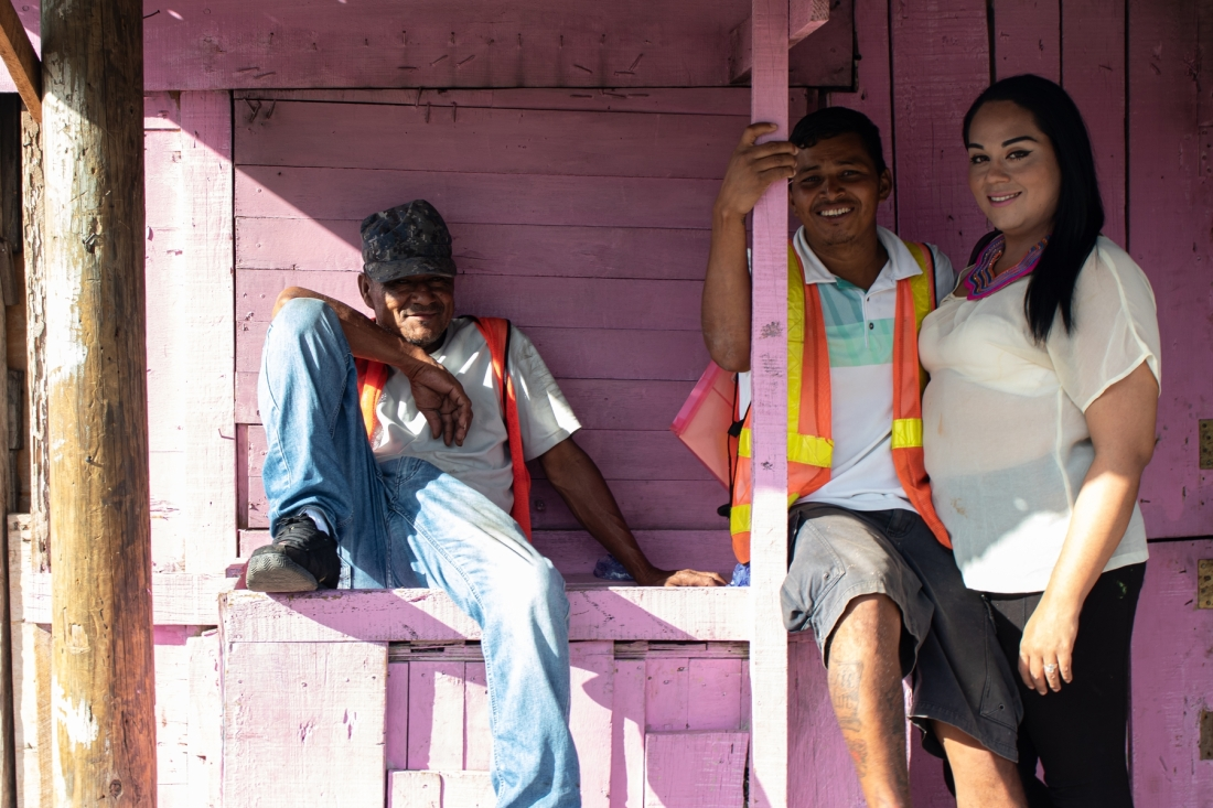 © Frauke Decoodt. 10. Brithany posing with some men. Tamara. Honduras. 2020